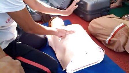 广州大学陈老师在救生员培训班中之假人心肺复苏过程及上课讲解
