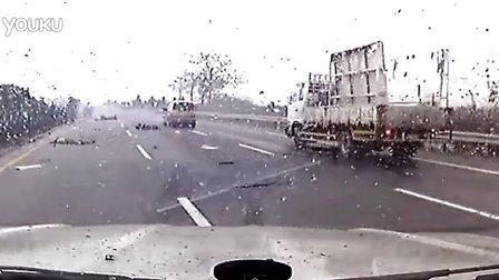 小心驾驭 台湾國道酒駕撞護欄 直擊駕駛拋出翻滾亡