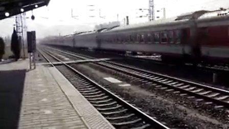 列车高速通过秦皇岛站