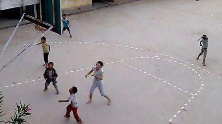 上马草彩英妹子和学生打球