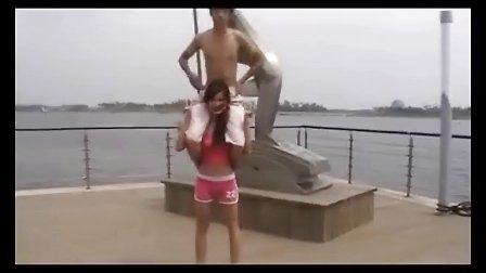 粉红女大力士的海边表演