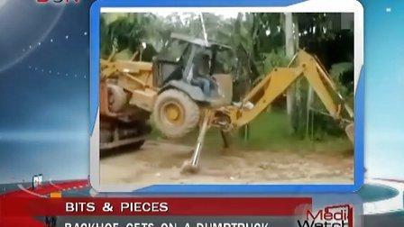 Backhoe gets on a dump truck-MW130423-BON蓝海电视