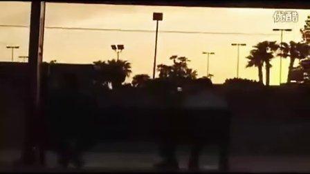 国外搞笑视频!汽车喇叭恶搞路人 最终尝恶果