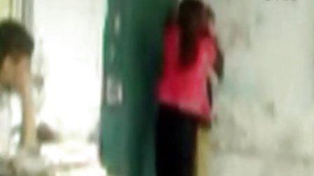 实拍女老师脚踹男生下体 学生反击遭粗暴打伤
