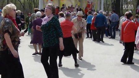莫斯科老头老太们在公园里热舞
