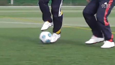 汤姆拜尔校园足球视频教学之二十一 脚弓带球突破