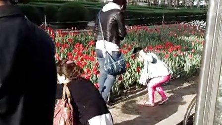 美女妈妈在花坛里踩踏(第二集)
