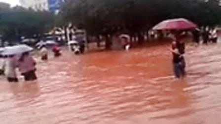 暴雨致马路成河,工人淌水下班回家
