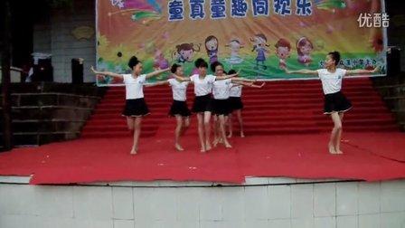 大竹县双溪乡中心小学七年级一班甩葱歌舞蹈视频