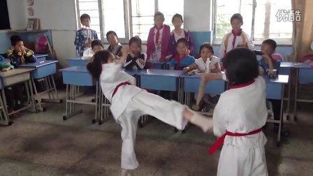 小学生跆拳道表演赤脚踢断木板