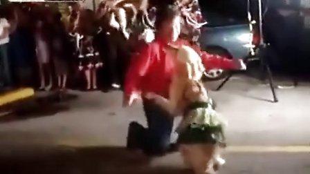 """""""淘女郎扣扣1948304376""""超强的狗狗与主人跳激情热舞"""