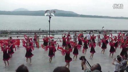 舞钢鑫源广场舞——参加第二届广场舞联谊会千人合跳红红中国结