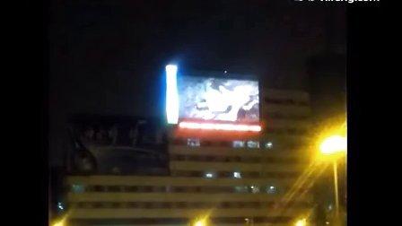 """实拍吉林火车站前大屏幕放色情片""""新金瓶梅"""""""