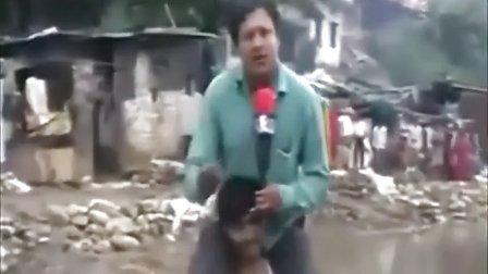 印度男记者骑灾民脖子上报道洪水 遭猛烈批评