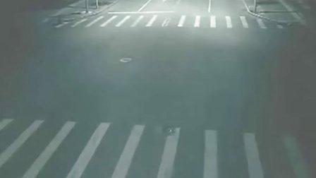 街心摄像头拍到人间圣洁天使超能力显现救人全录像