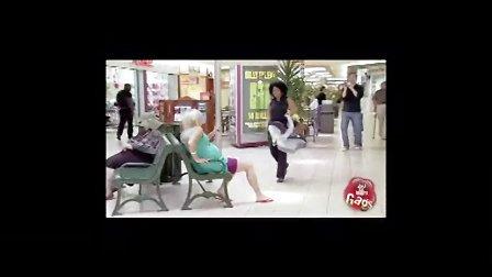 国外美女搞笑恶搞视频