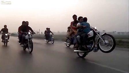 只是在巴基斯坦 公路上五人单手单轮摩托骑行