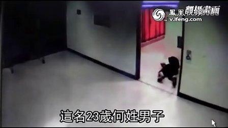 实拍大学生图书馆内尾随女生进厕所偷窥