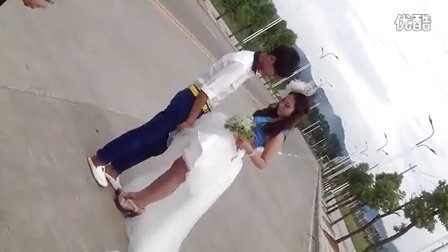 新娘太重,新郎抱不动
