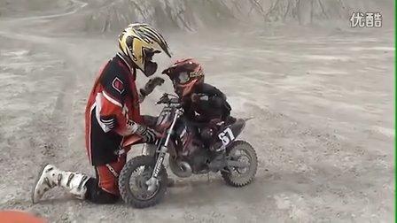 小孩玩KTM 50