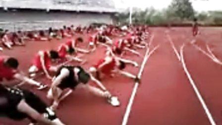 群英散打搏击俱乐部学员压腿训练 教练韩伟