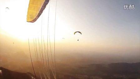极限高崖跳伞在穿云的高山上举行,惊险的图片和强大的生命。