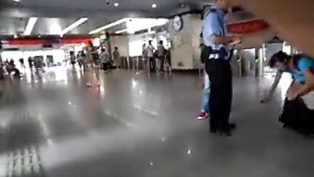 [拍客]地铁兰衣少女被怀疑携带危险物品,遭遇搜查,现场!