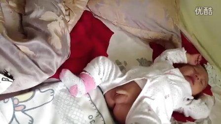 儿子偷偷给睡懒觉的老爸撒泡尿