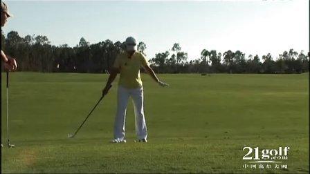 球位于比脚高的位置上的击球方法