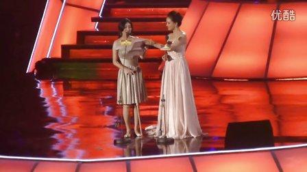 亚洲偶像盛典孙茜、斓曦给苏有朋、杨幂颁奖。
