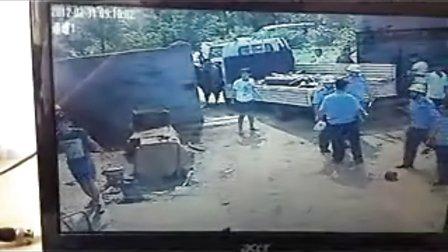 实拍山东青岛黄岛区城管执法打人视频
