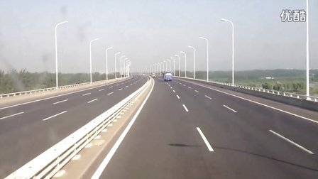 大金龙旅游巴士快速通过南京长江三桥及三桥高速。