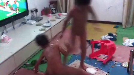 双胞胎洗蛋糕浴