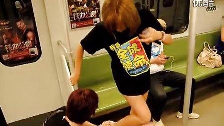 地铁里被屌丝踩掉裙子的女孩
