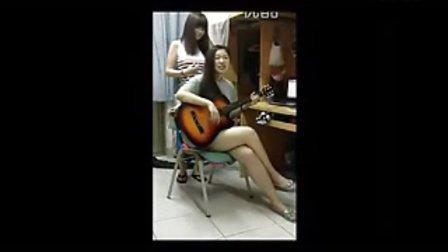 大学女生的抽风夜生活 唱得真不错 一双大白腿