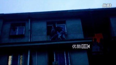 【拍客】六楼小孩被卡防盗网社区居民合力施救