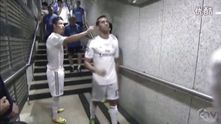 Cristiano Ronaldo pull the ears to Arbeloa