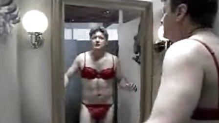 男人在试衣间内偷偷试穿美女留下的内衣