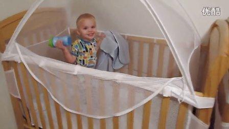 双胞胎婴儿自己上床比赛爬床