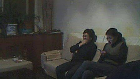张静和其母看电视