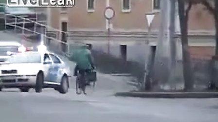 警察慌慌忙忙来到现场撞歪了小树