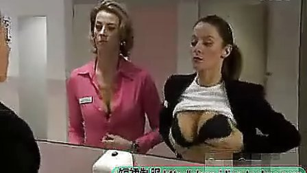 两个美女在洗手间  www.pp3.cn