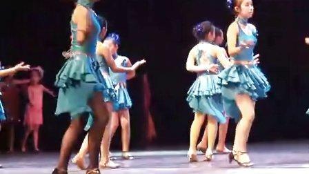 12岁小女孩的拉丁舞表演,酷