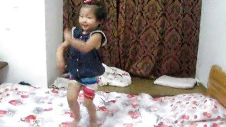 萌! 好可爱的小女孩扭屁股。
