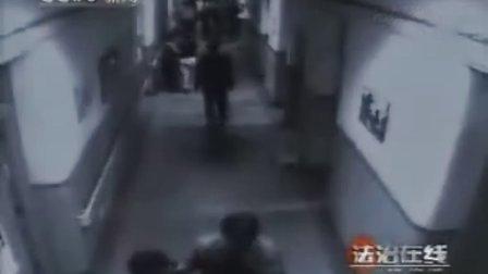 电梯女司机遭色狼搂抱亲吻被拍下