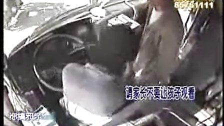 武汉561公交车司机被打竟无人阻止