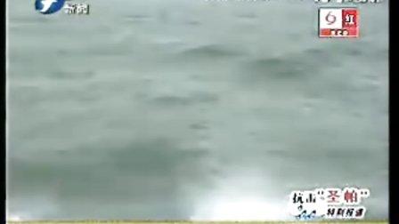 厦门海警巨浪中运送一孕妇过海待产