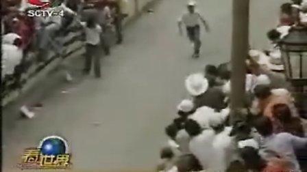 墨西哥奔牛节当场拍下一人被牛挑死