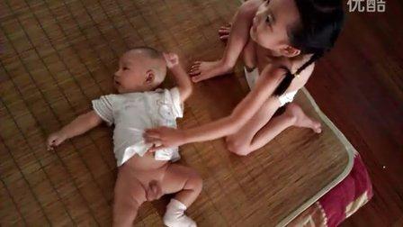 奥特曼宝宝百折不挠,非要摆出这个姿势……
