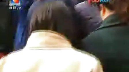 拍客视频引关注 记者现场采访给说法